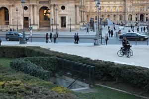 Dans les buissons des jardins gay du Louvre