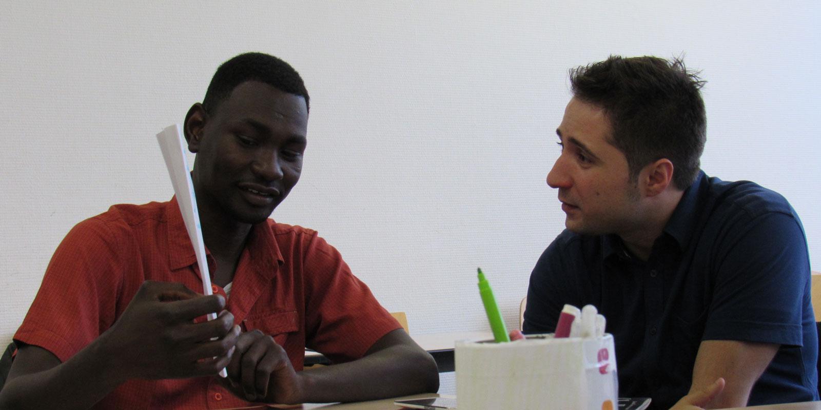 Des étudiants de grandes écoles coachent des réfugiés qui veulent reprendre les cours