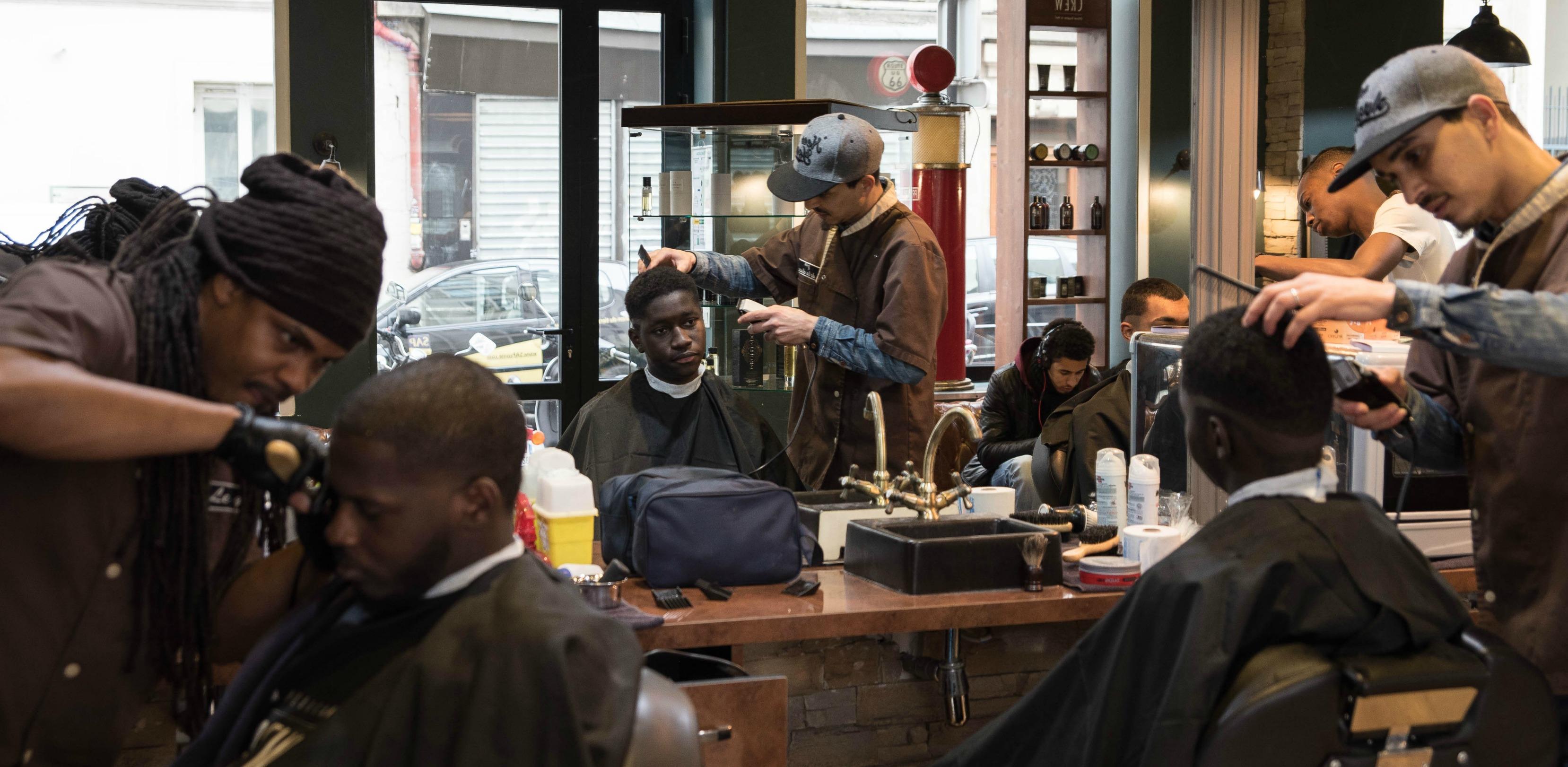 Le barber shop des stars de paname streetpress for Salon de coiffure africain lyon
