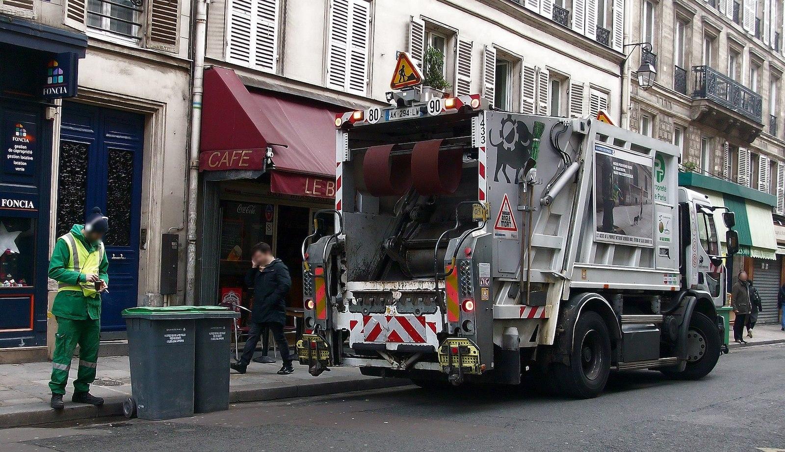 À la veille de la manif, la mairie de Paris vide les rues de poubelles, de Vélib et de barrières de chantiers