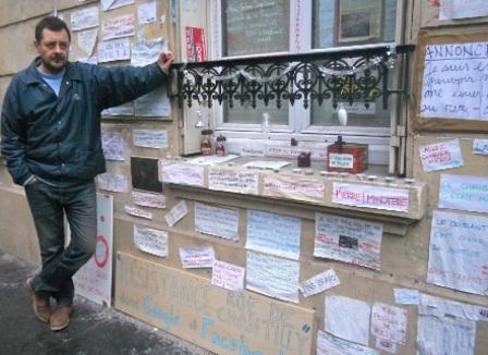 Jérôme, 46 ans,  expose le journal intime de sa vie sur les murs de son appart'