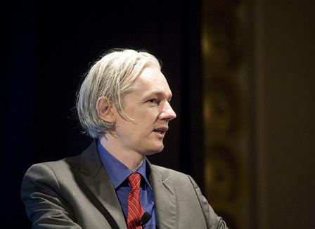 Etienne Mougeotte se lâche sur Julian Assange