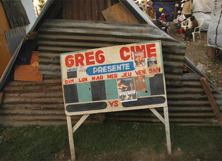 Dans le camp de la mairie à Léogâne, le film de ce soir chez Greg Ciné, c'est «2012»