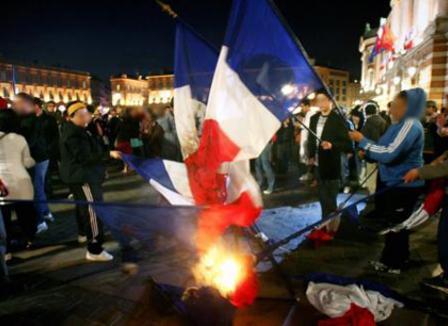 Pourquoi MAM est-elle passée par un décret pour punir l'outrage au drapeau ?
