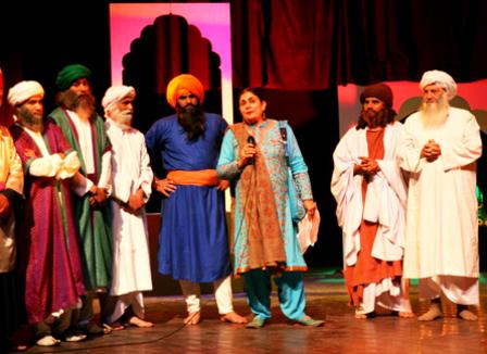 A Lahore, Pakistan, le théâtre fait de la résistance... et c'est une femme qui le dirige