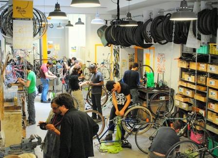 Les ateliers de réparation de vélos victimes de leur succès