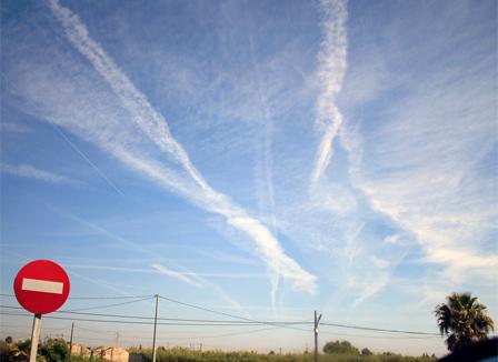 « Chemtrails » : La théorie climato-complotiste qui séduit les militants écolos