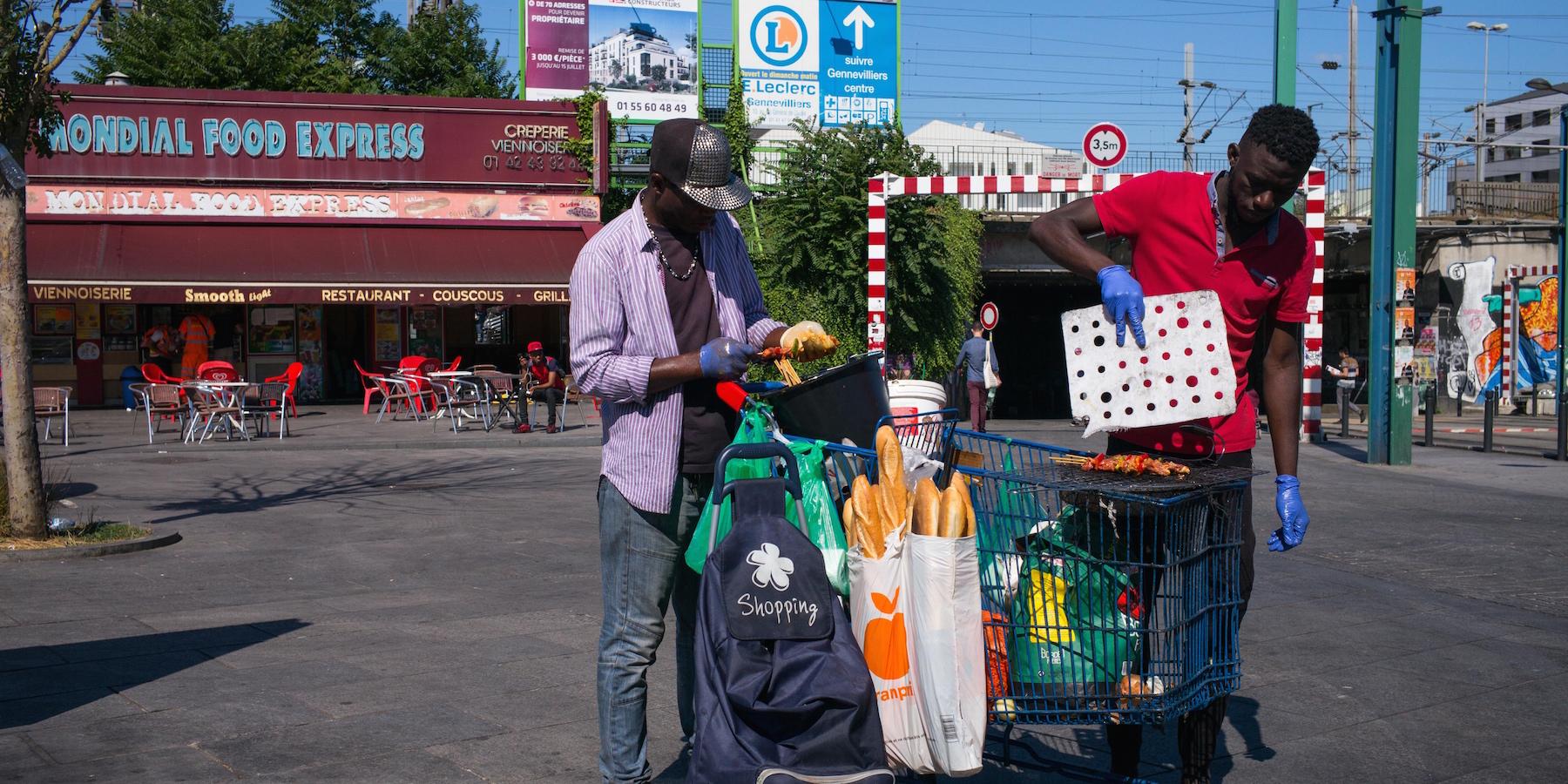 La vraie vie des vendeurs de brochettes de Saint-Denis