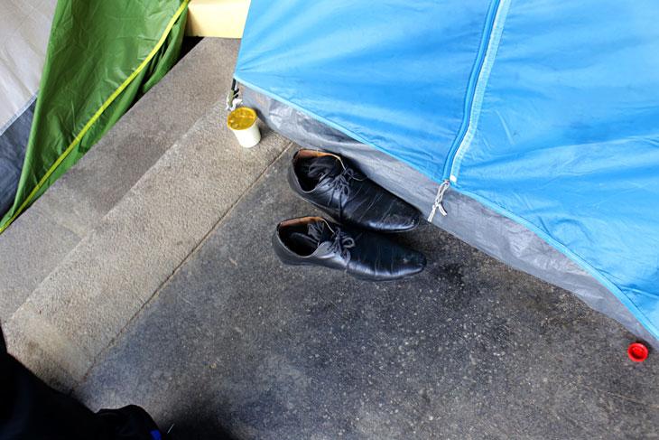 https://www.streetpress.com/sites/default/files/migrant-chaussure.jpg