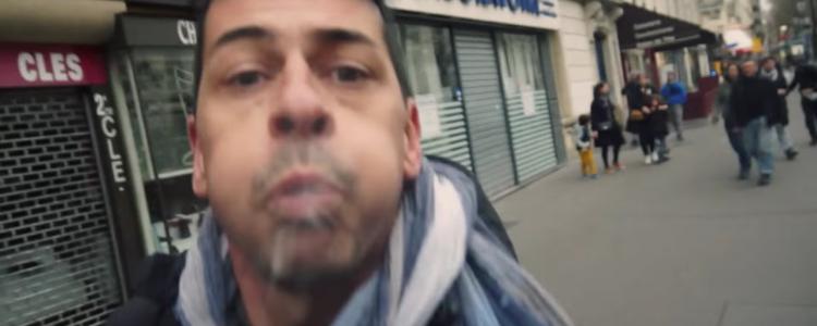 Un policier déguisé en journaliste crache sur un vrai journaliste