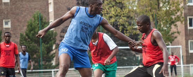 Les migrants du foot s'entraînent à Saint-Denis