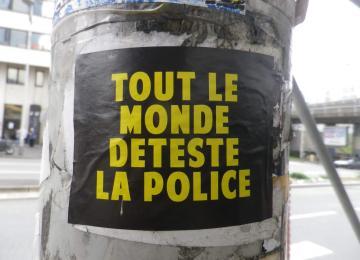 Jugée pour avoir scandé « tout le monde déteste la police »
