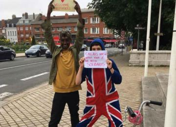 La police de Calais m'a embarqué parce que je me baladais avec une pancarte