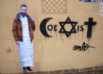 Malgré les coups, Combo continue son street art antiraciste