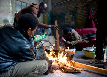 Le plus grand squat pour migrants de Calais comme on ne l'a jamais raconté