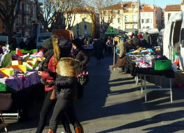 Sur le marché de Perpignan, solidarité et débrouille entre gitans et arabes