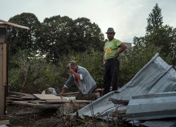 Murs en moquette et toits en contreplaqué : On a construit un bidonville avec des Roms