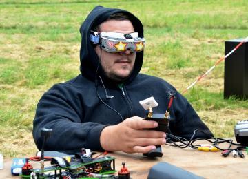 Un champ, des geeks et des drones