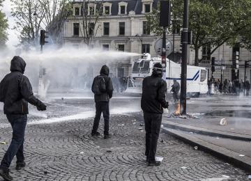 Le 1er mai, la police a bien arrosé les manifestants avec un produit à base de restes d'animaux