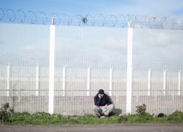 Droit d'asile : le programme de Macron inquiète, celui de Le Pen terrifie