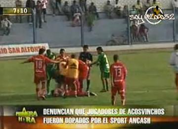 Vidéo: En plein match des joueurs de foot s'effondrent empoisonnés par l'équipe adverse