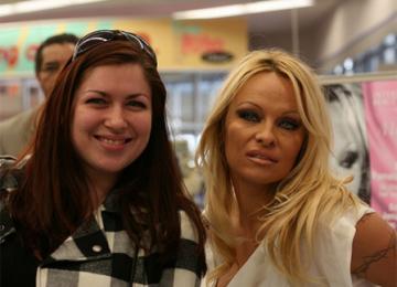 Un porno au parlement, Pamela Anderson et la Syrie…le Morning Refresher