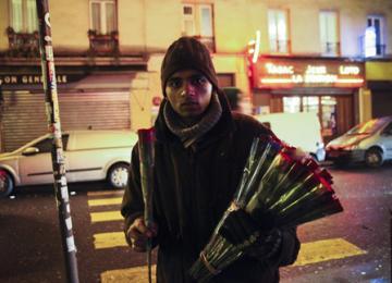 La vraie vie des vendeurs de roses à Paris