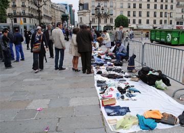 Devant la mairie de Paris « les biffins » manifestent contre les contrôles policiers