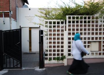 La mosquée collée à la synagogue