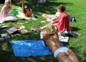Dans les parcs de New-York, des féministes lisent les seins à l'air