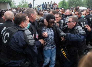 Photos : L'évacuation du camp de migrants des jardins d'Eole