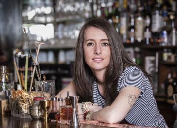 Jennifer Le Nechet, meilleure barmaid du monde, bosse à Paris