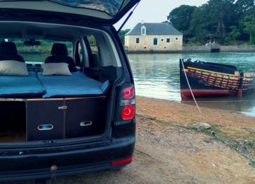 Un kit qui transforme le coffre d'une voiture en camping car
