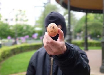 Medhi est jugé pour un œuf jeté en « direction d'un policier »