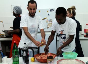 Des cours de cuisine pour que réfugiés et Parisiens se rencontrent