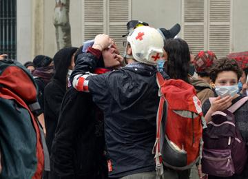 Un manifestant mis en examen pour port illégal… d'une Croix Rouge
