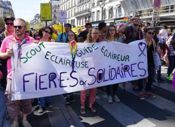 Avec les scouts qui manifestent à la Gay Pride