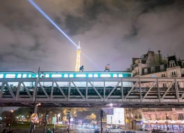Ils surfent sur le toit du métro parisien