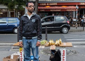 24 h dans la vie d'Azizur, vendeur de fruits à la sortie du métro